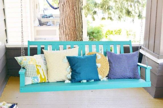 evde yastıklara püskül yapımı