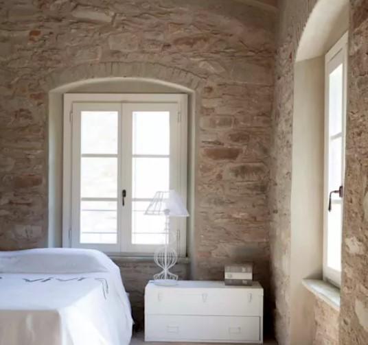 doğal taş kaplamalı duvarlar ile yatak odası