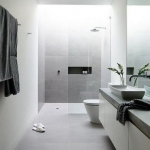 beyaz ve gri bir minimal banyo