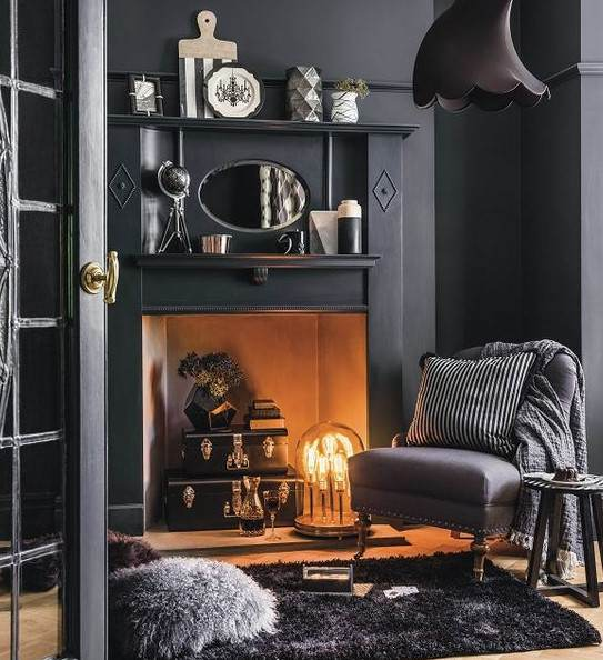 siyah duvarlı oda dekorasyonu