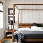 beyaz tuğla duvarlı yatak odası