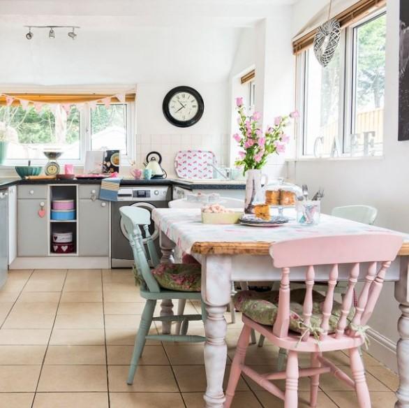 pastel boyalı mutfak sandalyeleri