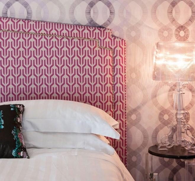 mor duvar kağıdı ile yatak odası fikirleri