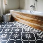eski fayans kullanarak yapılan banyo zemini