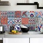 renkli ve desenli eski fayans ile mutfak tezgah arası dekorasyonu
