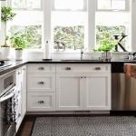 siyah beyaz desenli mutfak halısı