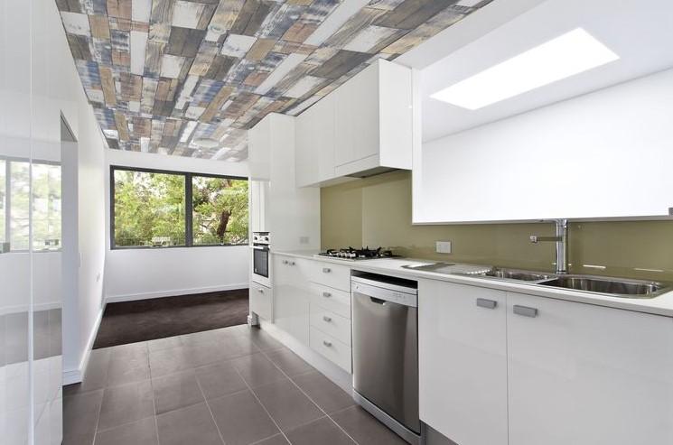 tavan dekorasyonu için ahşap duvar kağıdı uygulaması