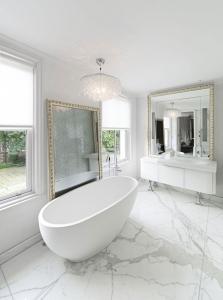 Banyo Beyaz Zemin Dekorasyonu