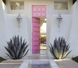 Pembe Dış Kapı