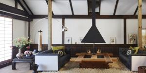 Koyu Renk Oturma Odası Dekorasyonu