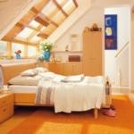 aydınlık çatı katı yatak odası