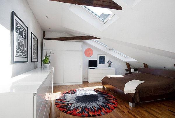 beyaz çatı katı yatak odası