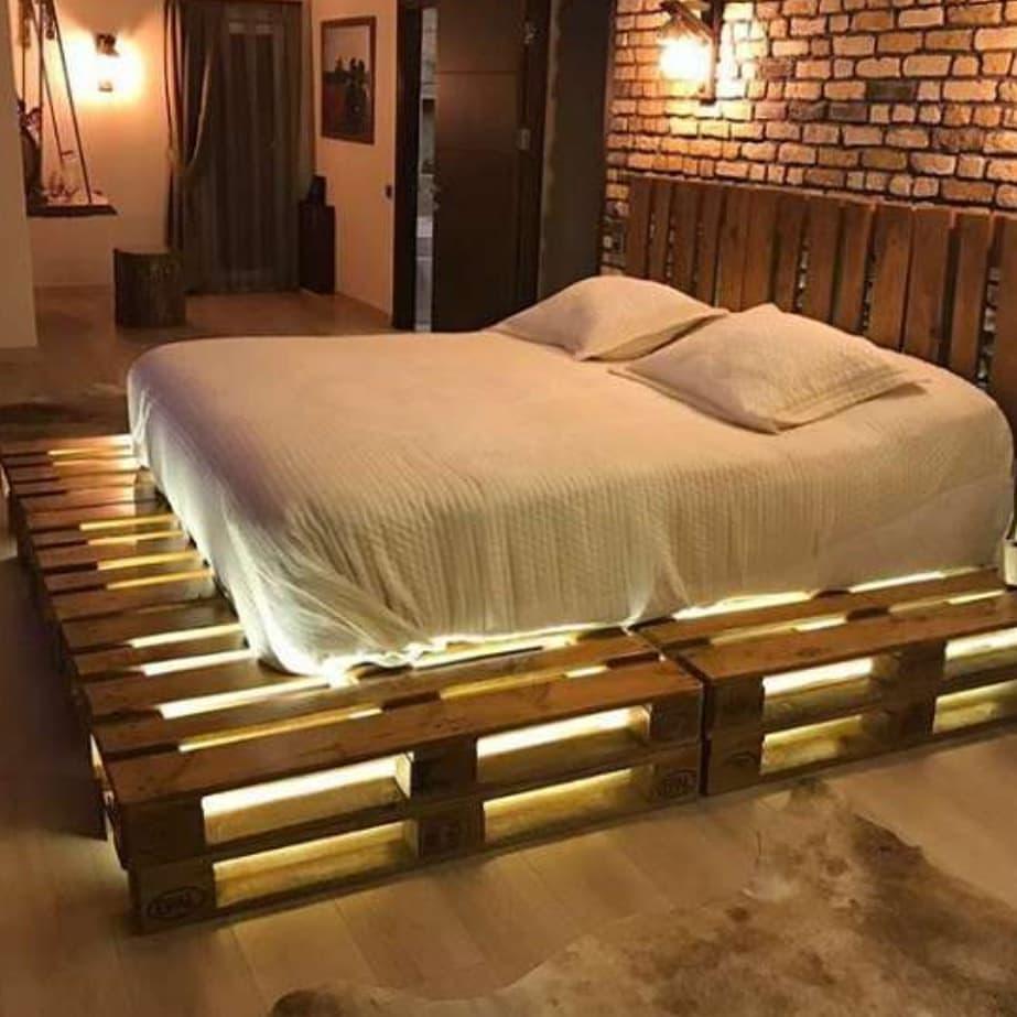 Ahşap palet yatakta ışık dekorasyonu